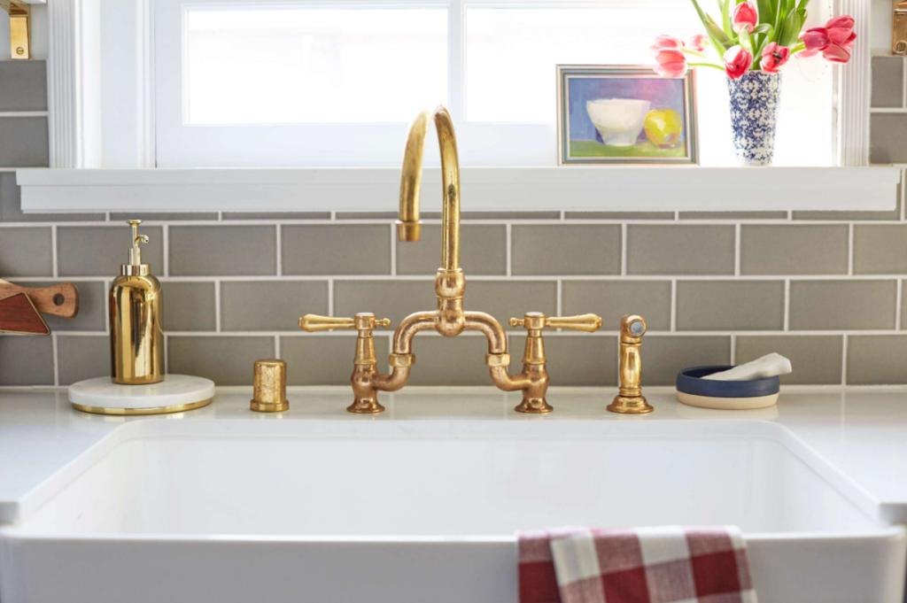 Gooseneck kitchen faucet with farmhouse sink