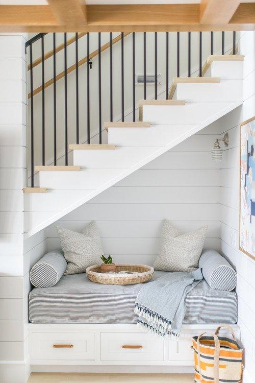 Leseecke unter einer Treppe