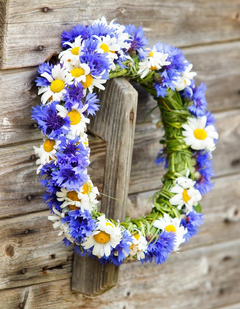 Blue cornflowers and daisies make a summer wreath