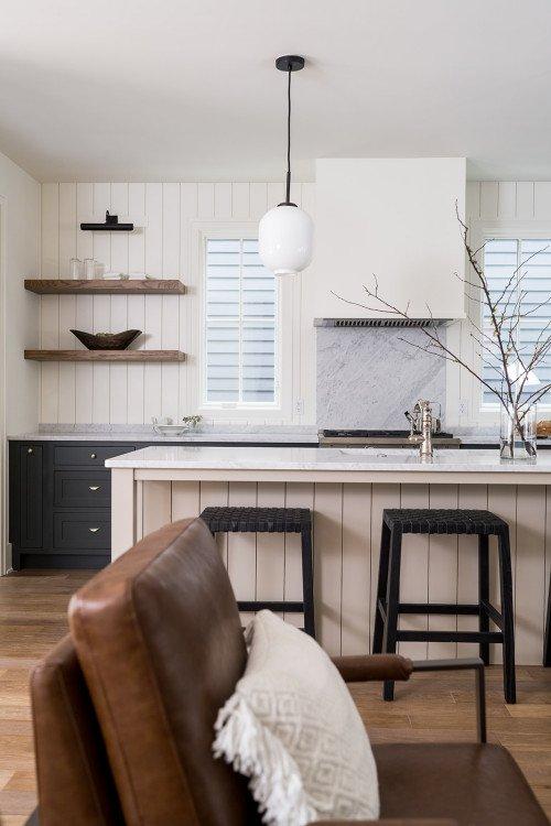 Mid-size modern farmhouse kitchen with island