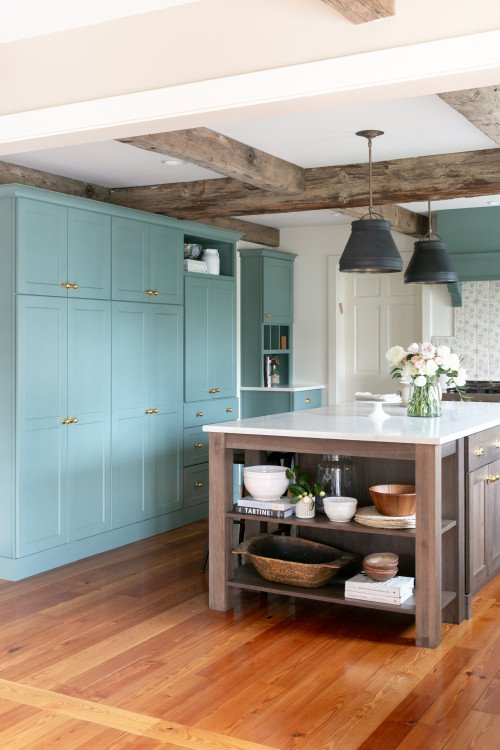 Traditional English style kitchen with large island