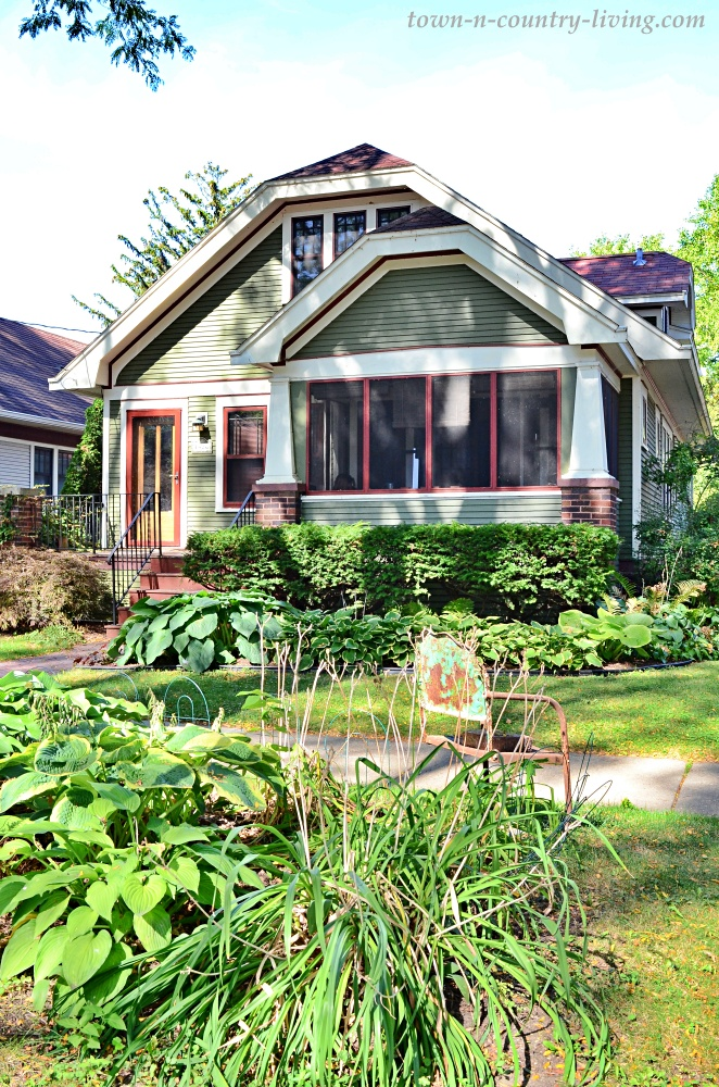 Cozy Bungalow Home with Garden in Front Yard