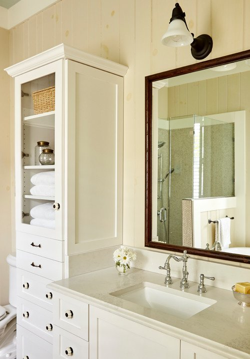 Cottage style bathroom in blonde tones